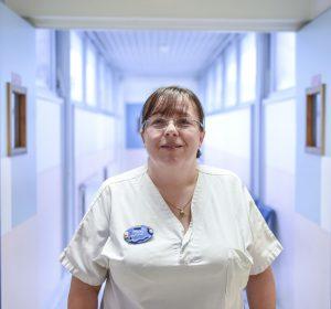 """Foto de Célia DIV> Célia Dias va ser una de les primeres infermeres de la Hospital per obtenir el 2007 les ferides i la curació. Ha estat exercint en dermatologia des de l'escola d'infermeria i ha acompanyat l'establiment a l'Hospital Argenteuil de la unitat de ferida i curació. La primera consulta dedicada el 2005, va ser allà!"""" width=""""241″ height=""""225″ data-lazy-src=""""https://www.ch-argenteuil.fr/wp-content/uploads/2019/02/celia-dias-1-300×280.jpg"""" class=""""alignleft""""> </p> <p> És avui el referent en aquest camp dins del departament de medicina vascular i dermatologia i per a la coordinació territorial de la curació (CTC), i treballar en consulta i dia Hospital. </p> <ul> <li> El curs de Célia Dias, ferida a la infermera de referència i curació </li> </ul> <p> """"Els pacients estan orientats a mi per la seva atenció mèdica o després de l'hospitalització de les cites de consulta . Les consultes tenen lloc amb un dermatòleg i última hora i mitja o 45 minuts per primera vegada de l'interrogatori. Ferides, un retard de curació … crida a la cura específica i l'objectiu d'aquest duo és evitar la pèrdua de temps que limitaria Les possibilitats de bona curació. </p> <p> Treballo constantment en relació amb els dermatòlegs i coordina la resta de la càrrega: doppler, escàner, tractament oral i / o local, informació i això El pacient està ansiós en la seva dieta (règim raonablement proteïna-necessària), el seu dolor, possibles malalties associades i / o cròniques, el seu context social … </p> <p> Aquest és un missatge que té moltes dimensions i que requereix evolucionar constantment els seus coneixements. Arrossaments, productes, mètodes … Sempre innovacions a seguir! Per no parlar de l'evolució del nombre de pacients (5 per dia en el meu debut a una quinzena avui), donat l'experiència del Departament de Dermatologia de la Cirurgia. </p> <p> Vaig tenir l'oportunitat d'acompanyar amb els metges el desenvolupament de Les organitzacions relacionades amb les ferides i la curació, i é"""